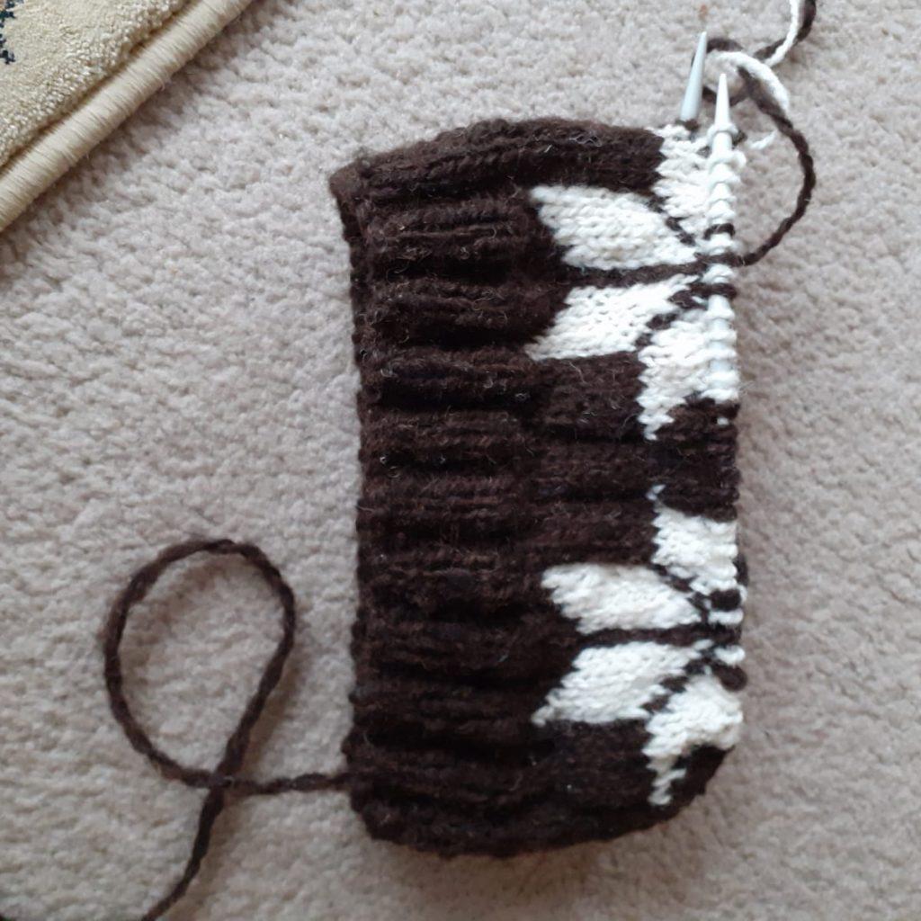 Knitting Scottish star hat (hand spun wool)